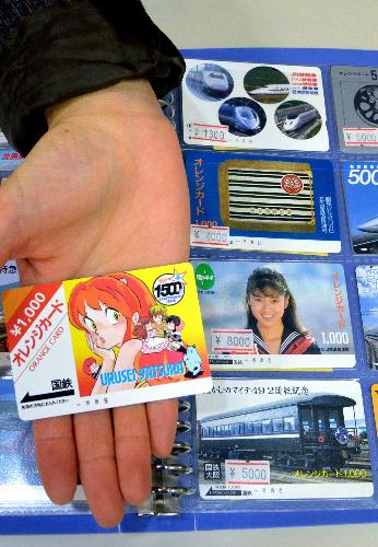 写真:愛好家の間で高値で売買されたオレンジカード。左にあるのが一時20万円の値が付いたとされる「うる星やつら」=東京都中野区中野のカードショップ「トレジャー」