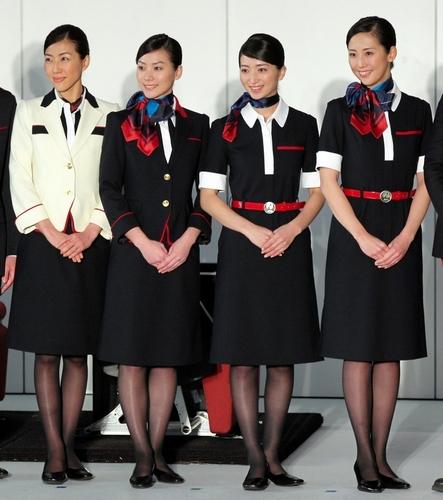 写真:JALの客室乗務員の新しい制服が披露された=20日午後、東京都大田区、竹谷俊之撮影