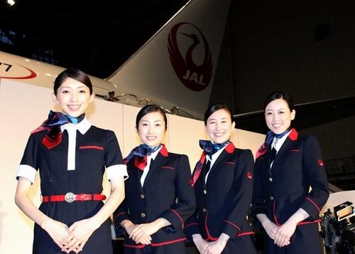 写真:新しい制服を披露するJALの客室乗務員=20日午後、東京都大田区、山本晋撮影