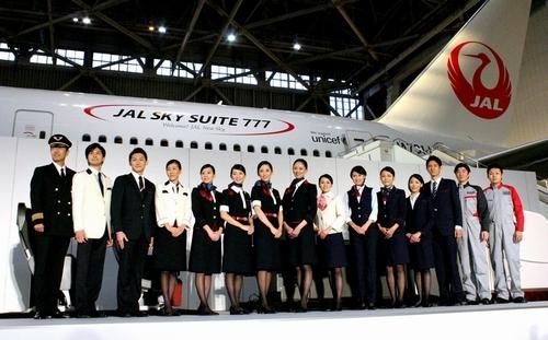 写真:新しい制服を披露するJALの客室乗務員ら=20日午後、東京都大田区、山本晋撮影