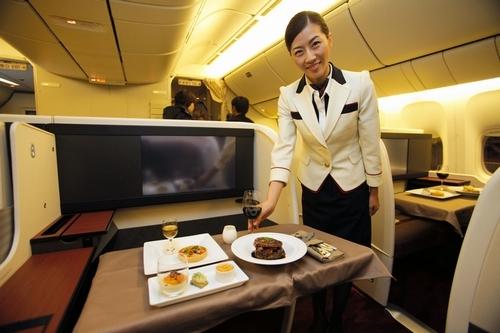 写真:JALの客室乗務員の新しい制服と国際線ファーストクラスの新座席=20日午後、東京都大田区、竹谷俊之撮影