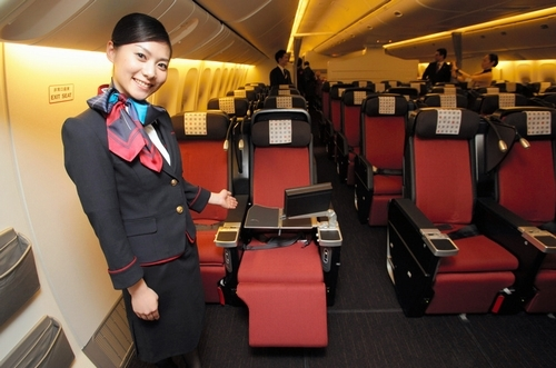 写真:JALの客室乗務員の新しい制服と国際線プレミアムエコノミーの新座席=20日午後、東京都大田区、竹谷俊之撮影