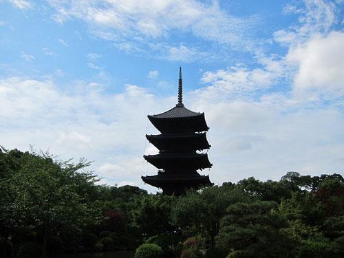 写真:力強くそびえる東寺の五重塔