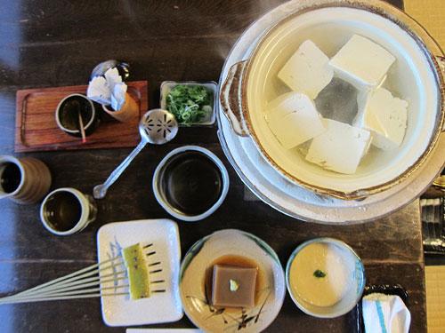 写真:奥丹の湯豆腐は座敷で食す