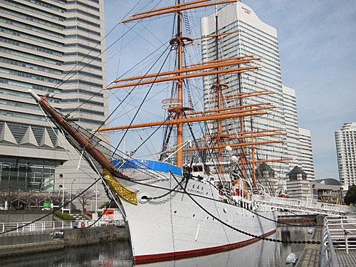 写真:練習船の日本丸。芸術品のように美しい
