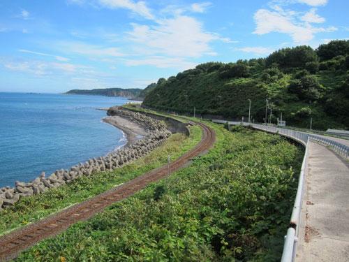 写真:国道101号は五能線と右になったり左になったりしながら日本海沿いを北上する