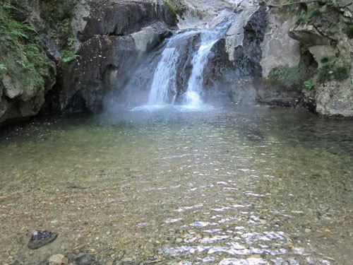 写真:野趣あふれる滝つぼの湯。残念ながら熱くて入ることができなかった