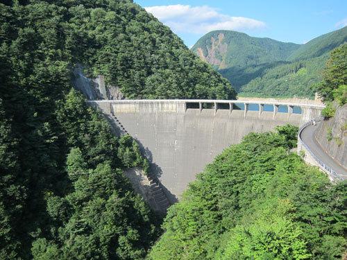 写真:鳴子ダムを越えると鬼首温泉は近い。ここも水量は少なかった