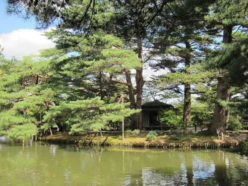 写真:建物は倒壊してなかったが、美しい庭園はそのままの有備館