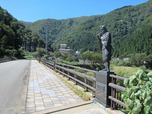 写真:義経大橋を渡ると瀬見温泉だ。温泉街の反対側には弁慶大橋がある