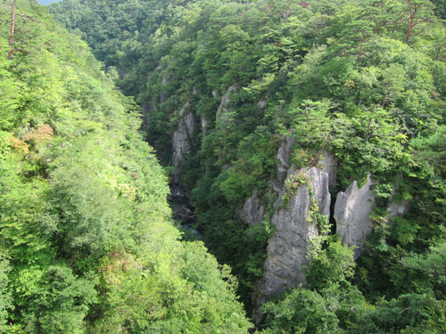 写真:鳴子峡は深い谷と奇岩が美しい。紅葉の頃は絶景がしのばれる
