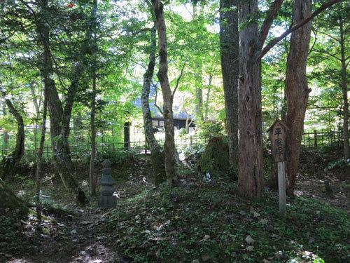 写真:平家の里の隣には永住を決意し武具甲冑をうめたという平家塚が苔むしている