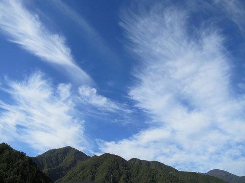 写真:雲が浮かぶ真っ青な空。都会ではこんな美しい空は見られない