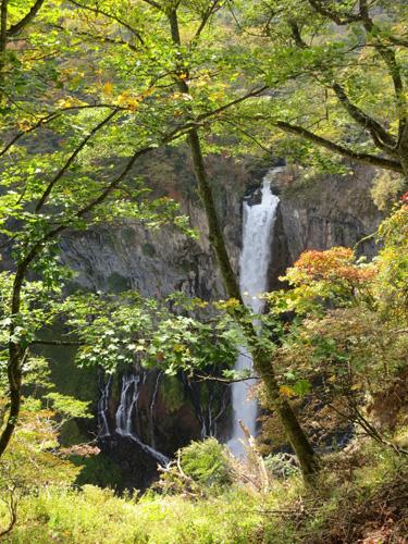 写真:華厳の滝の周囲は紅葉には少し早かった