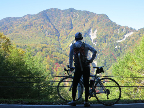 写真:圧倒されるような紅葉した山々の光景に息をのむ筆者