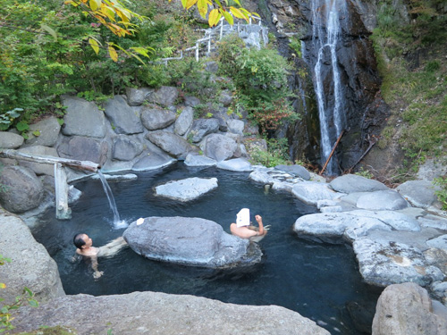 写真:色づき始めた木々と滝が目の保養になる八丁湯の露天風呂
