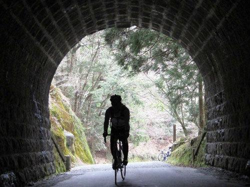 写真:古い峠道などをのんびり走るのも一興だ(伊豆天城峠で)