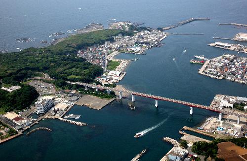 写真:三浦半島と城ケ島(左)を結ぶ城ケ島大橋。直線的な海岸が埋め立てを物語る=本社ヘリから、西畑志朗撮影