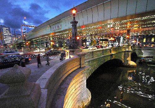 写真:夕暮れ時の日本橋=上田頴人撮影