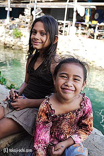 写真:屈託の無い笑顔を見せてくれる、トンガの子供たち