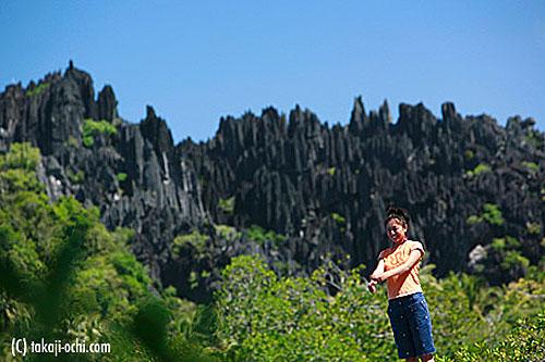 写真:ヤンゲンに近づくと、なだらかな地形が一変して、針山のような奇岩が姿を見せる