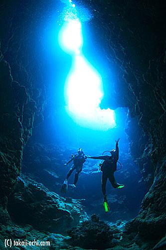 写真:海中の洞窟で、天空を見上げる、ダイバー