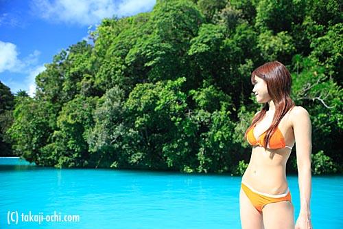 写真:ミルキーウエイの海水の色は、ブルーバスクリンを海に混ぜたような不思議な色をしている