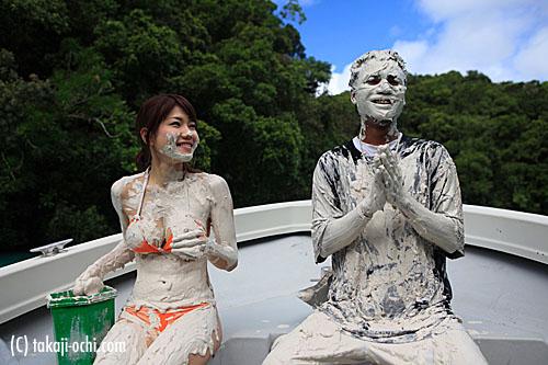 写真:こんな風に全身に泥パックして記念写真を撮影するのが人気