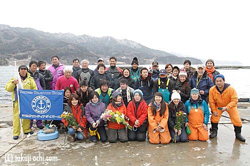 写真:3月11日、ガレキ撤去作業に集まった三陸ボランティアダイバーズと、越喜来漁協の漁業関係者たち