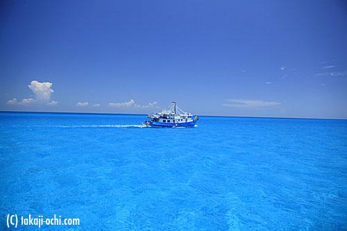 写真:まるで大きなプールのような美しい海水と浅い砂地の海域が広がる、ホワイトサンドリッジ
