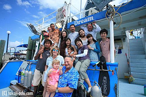 写真:ドルフィンクルーズボートに乗船したゲストと一緒に。船は、フロリダのウエストパームビーチから出航する
