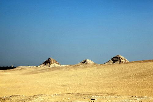 写真:アブ?グラブ遺跡のニウセルラー王の太陽神殿から見た、アブ?シール遺跡のピラミッド群