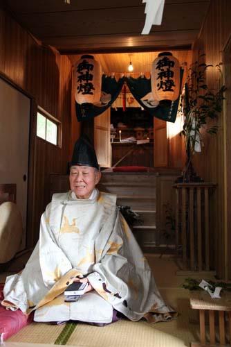 写真:山神神社の例大祭のあと、氏子たちがカクレキリシタンであることを「今日初めて知った」と吐露する宮田紀久宮司