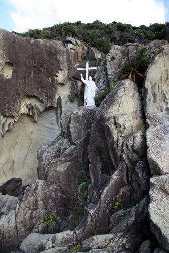 写真:キリシタン洞窟は、若松島南端の断崖絶壁の底にあり、入口付近の高さと幅は共に約5メートル、奥行きが約50メートルのT字型洞窟だ