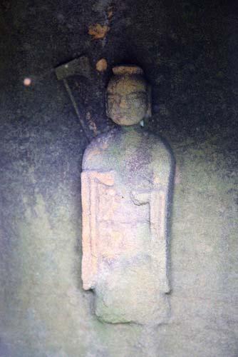 写真:久賀島にある塩濱神社のレリーフ像。持ち物は斧のように見えるが、実は、錫杖を持った地蔵菩薩ではないだろうか。だとすると、神社に祀られた仏像ということになり、神仏習合時代のご祭神の本地仏である可能性が高い