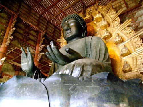 写真:東大寺盧舎那仏坐像(奈良の大仏)。奈良時代の創建当初から残る部分は台座(写真手前)など1部に過ぎない。創建以来、大仏と大仏殿は戦火で2度炎上し、その度に再建された(c)齋藤節子