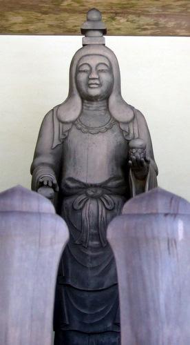 写真:伊勢の金剛証寺山門に安置された雨宝童子像。神仏習合時代、金剛証寺は伊勢神宮内宮の奥の院とされ、お伊勢参り参拝客が必ず訪れる場所だった。雨宝童子は、天照大神が降臨された時の16歳のお姿を、後世、弘法大師空海が彫ったと伝わる仏像で、大日如来の化身であると言う。また、この雨宝童子こそが、お伊勢参りのご神体であったという。(c)泉田茂樹