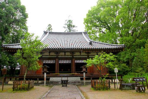 写真:日本最古の神社と言われる大神神社も奈良時代から神仏習合が行われていた。写真は境内にある若宮社。明治初年までは大神神社の神宮寺で大御輪寺と称し、若宮の大神と十一面観音が共に祀られていた。中世には神仏習合の「三輪流神道」の総本山として栄えた