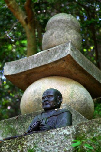 写真:神仏習合最後の神道「雲伝神道」は、真言宗の高僧・慈雲尊者によって江戸中期に創唱された。仏教者によって唱えられたにも関わらず「神」主「仏」従の神道だった。写真は大阪府・高貴寺にある慈雲尊者の墓