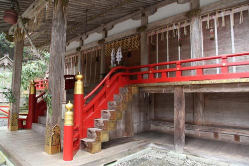 写真:日吉大社の西本宮。建築様式は「日吉造」と呼ばれ、一見寺院風の入母屋造りで、床下には明治の神仏分離まで本地仏を安置した「下殿」と称する部屋があった。写真の階段下に下殿の入口がある