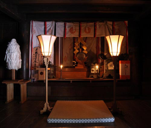 写真:下殿内部。現在は特別祈祷を行う部屋だが、神仏分離以前には、当時「大宮(大比叡)」と呼ばれた西本宮の本地仏・釈迦如来像が祀られていたに違いない