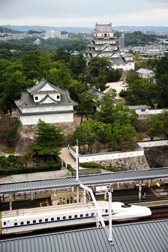 写真:山陽新幹線の福山駅と福山城を一望。福山ニューキャッスルホテルから=塚原紘撮影