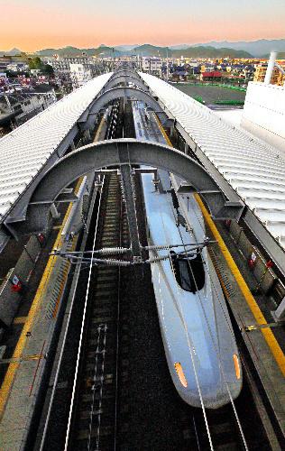 写真:川内駅コンコースから、全線開通に合わせて導入されたN700系車両を見る=上田頴人撮影
