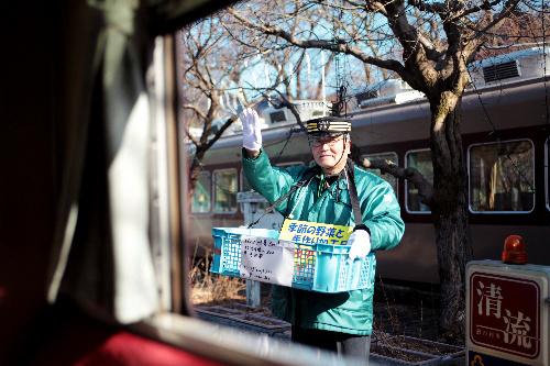 写真:ホームで列車を見送る金子昇さん=鈴木愛子撮影