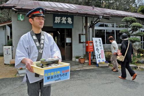写真:列車の到着に合わせて「弁当そば」を手売りする杠哲也さん=渡辺瑞男撮影