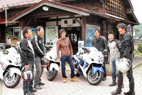写真:隼駅の前に集えば、見知らぬ者同士でもバイクの話に花が咲く=鈴木愛子撮影