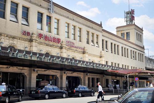 写真:国の登録有形文化財の駅舎は、建築家・久野節の設計。大阪の南海難波駅や、東京の東武浅草駅も手掛けた=垣内博撮影
