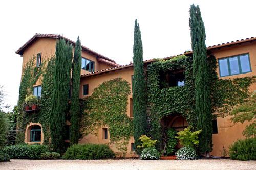 写真:まるでシャトーみたいなホストファミリーの家。広い庭にプールがあるのがスタンダードなんだそうで、うらやましいったら…