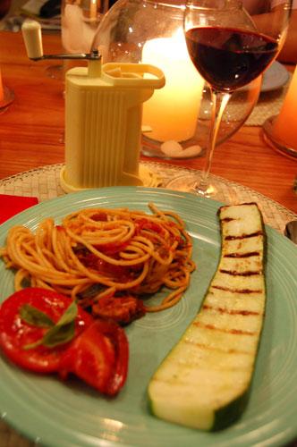 写真:家族で醸したワインと家族で育てた野菜のディナー。食べる直前にパルミジャーノ・レッジャーノを削ります
