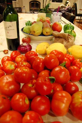 写真:広々として使いやすいキッチンには、いつでも新鮮な野菜やフルーツがどっさり